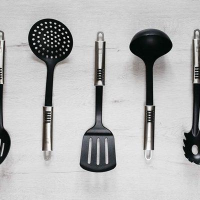 Utensilios cocina 7 piezas MAGEFESA BONNE PLUS, nylon y acero inoxidable. Espumadera, Cazo, Cucharón, Cuchara Perforada, Espátula, Cucharón para Pasta. Incluye soporte.